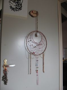 Dromenvanger Silvia. Oranje/roze met parelmoer hanger. Veren voegt ontvangster zelf toe juni 2017