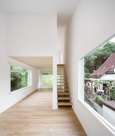 Open riser staircase with wooden treads. A small house by Architekturbüro Scheder. Photo by Maja Wirkus.