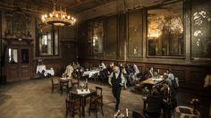 Der historische Spiegelsaal in Clärchens Ballhaus zählt zu einem der letzten unberührten Orte in der Mitte von Berlin. An einigen Tagen ist er auch im Restaurantbetrieb geöffnet. Wir freuen uns auf Ihren Besuch!