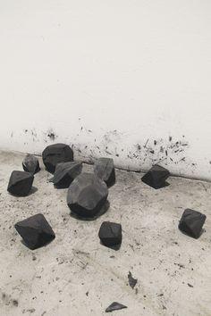 ALEXANDRE BRANDÃO 2013 | medidas variáveis | carvão vegetal lixado