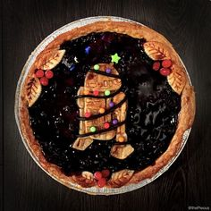 Star Wars, Christmas, and pie puns. was feeling a bit self conscious after everyone starting saying was the… Pie Puns, R2d2, Game Night Food, Pie Crust Designs, Star Wars Food, Pie Decoration, Pies Art, Holiday Pies, British Baking