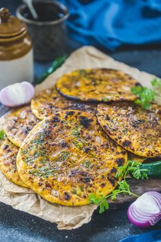 Missi Roti is Chickpea flour flat bread which is a Punjabi speciality and is mostly made during winters in tandoor or clay oven. Roti Recipe Indian, Indian Bread Recipes, Fun Easy Recipes, Easy Meals, Missi Roti, Indian Flat Bread, Indian Breads, Indian Dishes, Vegetarian Recipes