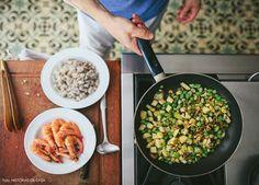 Repleta de detalhes inusitados e toques de cor, a decoração dessa cozinha revela o espírito leve e descontraído dos donos do apartamento.