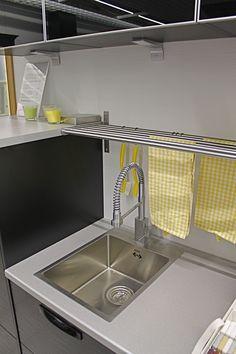 Keittiön altaan päälle asennettavalla pyyhetelineellä rätit ja keittiöpyyhkeet ovat koko ajan käden ulottuvilla ja kuivuvat nopeasti.