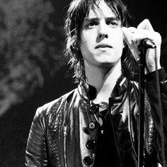 Julian Casablancas, líder de The Strokes, nació el 23 de agosto de 1978, en New York.  Hoy cumple 35 años.