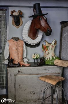 Créations en papier mâché de Mélanie Bourlon : gilet, corset, trophée de bélier, tête de cheval