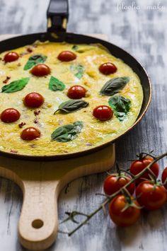 Omlet z pomidorkami i bazylią/Tomato and basil omelette
