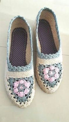 How to Crochet into a BLO Round - Crochet Knitting Crochet Sandals, Crochet Shoes, Cute Crochet, Crochet Socks Pattern, Shoe Pattern, Knitting Patterns, Knit Shoes, Knitted Slippers, Crochet Slippers