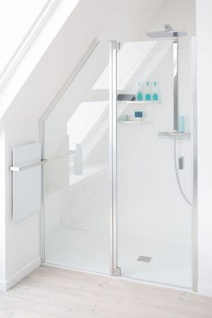 Italian shower: 20 models to discover - Attic Ideas Attic Shower, Small Attic Bathroom, Small Toilet Room, Attic Master Bedroom, Loft Bathroom, Tiny Bathrooms, Upstairs Bathrooms, Ensuite Bathrooms, Attic Rooms
