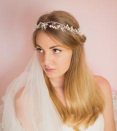 Uroczy, bogato zdobiony wianuszek do włosów dla Panny Młodej, wykonany ręcznie z pięknie połyskujących cyrkonii, z dodatkiem szklanych pereł... Więcej - w sklepie ślubnym online Madame Allure!    https://madameallure.pl/products/7761-bizuteryjny-wianuszek-slubny