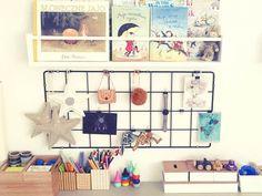 Bacheca,scatole e mensole basse per una cameretta organizzata con il metodo Montessori Montessori, Gallery Wall, Frame, Home Decor, Picture Frame, Decoration Home, Room Decor, Frames, Home Interior Design
