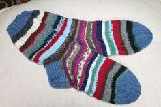 Räsymattosukat, joissa langanpäitä ei ole tarkoituksella päätelty. langanvaihto tapahtui neulomalla molempia lankoja vähän matkaa yhtäaikaa ja lankojen päät jää lämmittämään sukan sisälle!