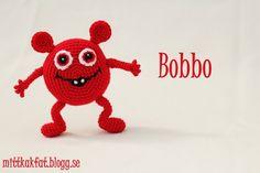 (Jag har använt mig av ett blandgarn, 50% bomull och 50% akryl. Till garnet rekommenderas virknål 3.0, men för att få maskorna täta använder jag mig av virknål 2.5 till kroppen och virknål 2.0 till… Love Crochet, Crochet For Kids, Crochet Baby, Yoshi, Kids Toys, Diy And Crafts, Pokemon, Blogg, Homemade