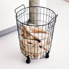 軽やかなデザインのランドリーバスケット。通気性がよく脱衣カゴにオススメです。キャスター付きで移動もラクラク。限られた洗面所スペースを有効活用できます。