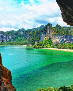 Railay Beach, região da Tailândia que é um conjunto de quatro praias e formam um península harmoniosamente esculpida por imensos paredões de rocha calcária, tudo banhado por um mar verde-esmeralda num tom tão vivo e cristalino que é difícil acreditar.  Essas rochas além de darem uma beleza incomum para Railay Beach, atraem escaladores de diversas partes do mundo pois proporcionam condições ideias para o esporte. Mesmo que nunca tenha praticado existem diversas escolas de introdução à…