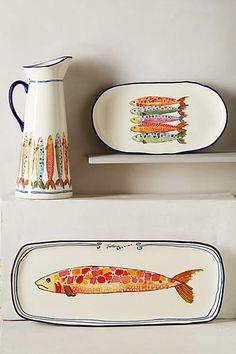platones y jarra decorativos con dibujos de sardinas