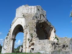 A pochi minuti dal paese di Magliano in Toscana si possono visitare i resti della chiesa romanica di San Bruzio.