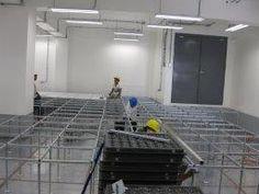 proceso de instalación de piso técnico, veáse el tejido de la estructura metálica ( bases - cabezales - viguetas )
