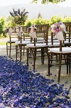 Decoracion floral de las sillas y el pasillo central.
