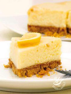 La Torta con mousse al limone è un dolce golosissimo, che piace agli adulti ma per il quale vanno matti anche i bambini, tanto è delicato!