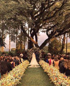 "2,845 curtidas, 29 comentários - Snapchat: lucasanderi (@lucasanderi) no Instagram: ""#regram @horadobuqueassessoria casamento da Maria #vestido #lucasanderi #atelierlucasanderi"""