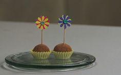 Tags para docinhos: veja como fazer o palitinho de flor.