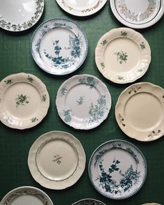 Porcelain parade ready for a bunch of tomorrow coming guests. Antique Plates, Decorative Plates, Table Arrangements, Deco Table, Dinnerware Sets, Ceramic Painting, Vintage China, Plates On Wall, Tableware