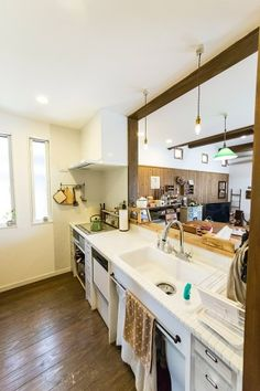 使いやすいアイデアが満載されたキッチン。冷蔵庫などの電化製品は、奥のパントリーに置いている。