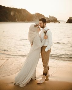 G r nt n n olas i eri i 1 ki i d n okyanus g ky z ocuk a k hava su ve do a Couple Photoshoot Poses, Couple Photography Poses, Couple Posing, Cute Muslim Couples, Romantic Couples, Wedding Couples, Wedding Pictures Beach, Couple Beach Pictures, Pre Wedding Poses