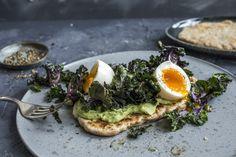 Lyst på en sunn godbit? Start med å koke noen egg. Mens, eggene koker kan du steke opp et raskt yoghurtbrød som ikke trenger heving. Topp brødet med en smooth avokadomos og stekt rosettkål. Supertgodt som en digg frokost, lunsj eller kveldsmat.