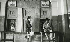 """Borges todo el año: Ricargo Piglia: Borges en """"Respiración artificial"""" - Imagen: Ricardo Piglia, fotografiado en la estación de Constitución en Buenos Aires  en los ochenta por Daniel Mordzinski -Fuente: El País-Babelia"""