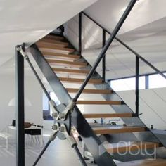 Glazen balustrade op trap met bordes van roestvrijstaal en for Trap hellingshoek