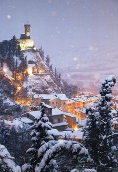 bluepueblo:  Snowy Night, Brisighella, Italy photo via jivka