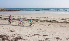 Langs de Franse kust: fietsen met de wind in je haren.  Fietsen in de Vendée is ideaal voor kinderen: het land is vlak en er zijn diverse doorsteekjes naar stranden. Bovendien zijn veel paden autovrij en onverhard. 'We slingeren erover voort met de wind in de rug en continu zicht op het water.'  Lees meer in SNP.NL magazine 31.