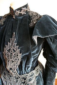 c. 1896 Complete three-piece (bodice, skirt and cape) in velvet dark blue silk. The bodice is closed in front by hooks. (Close-up of bodice without cape)