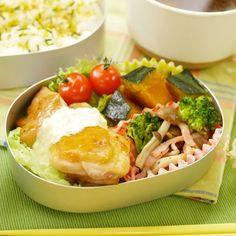 節約できて簡単に作れる栄養満点のお弁当はアラサー女性の強い味方!1週間分のお弁当メニューを覚えるだけで、毎日のお弁当作りがとても楽になりますよ。節約しながら「お弁当5日分×お弁当orランチ2日分」をラクラク乗り切れちゃう便利なレシピをご紹介します。 Bento, Rice, Chicken, Cooking, Ethnic Recipes, Fashion News, Food, Kitchen, Essen