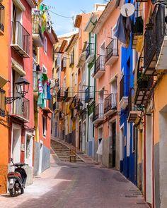 Katrine M. Aanensen (@minfotoverden) op Instagram: 'A very colorful street in the old town of Villajoyosa, Spain   #spain #españa #spania #alicante…'