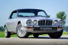 Prachtige Jaguar XJ6 Coupé in de kleur zilvergrijs gecombineerd met een zwart lederen interieur, wat een zeer fraaie combinatie oplevert. De auto is voorzien van een 6-cilinder 4.2 lijnmotor gekoppeld aan een automatische versnellingsbak, door deze combinatie is de auto zeer comfortabel te rijden. Deze XJ Coupé is in 2012 compleet gerestaureerd, een fotoreportage van... verander mij in extras.php