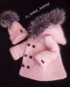 Fotoğraf açıklaması yok. Baby Cardigan Knitting Pattern Free, Crochet Baby Jacket, Baby Sweater Patterns, Baby Knitting Patterns, Pull Bebe, Baby Girl Patterns, Cute Baby Clothes, Baby Sweaters, Baby Girl Dresses