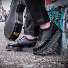 """19.8 k mentions J'aime, 70 commentaires - Dr. Martens (@drmartensofficial) sur Instagram: """"The Resnik. A modern Doc's take on the brogue with a double-height sole, zip fastening and mesh…"""""""