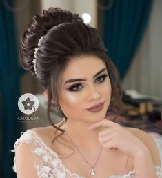 maquiagem de casamento by Qiana Corum in 2020 Bridal Hair Buns, Bridal Hairdo, Bridal Hair And Makeup, Hair Makeup, Wedding Hair Up, Long Hair Wedding Styles, Engagement Hairstyles, Bride Hairstyles, Front Hair Styles