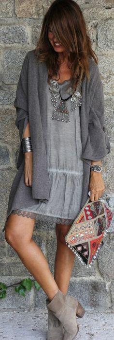 mode-boheme-robe-grise-gilet-long-et-sac-bariolé