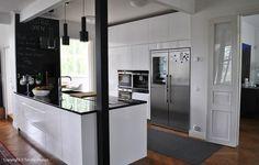 Tossa on AEG:n jääkaappi-pakastin-viinikaappi -kombo. Kiinnitä myös huomiota roikkuvaloihin saarekkeen päällä - ei mitkään kovin hienot mutta idea hyvä. Interior, Kitchen Ideas, Table, House, Furniture, Bedroom, Design, Home Decor, Decoration Home
