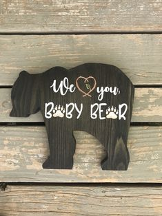 Welcome the new little baby bear with this delightful sign. Perfect for any outdoor themed nursery or bedroom for your little one. This sign is super cute for a nursery, but will also be great for any older child who loves the outdoors. Baby Tritte, Baby Sleep, Bear Nursery, Woodland Nursery, Boy Nursey, Woodland Decor, Woodland Baby, Baby Boy Rooms, Baby Boy Nurseries