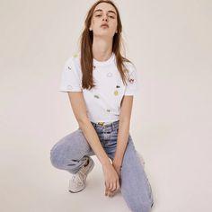 T-shirt unisexe en coton imprimé Lacoste x FriendsWithYou - T-Shirts Lacoste - Iziva.com T Shirt Lacoste, Size Model, Neck T Shirt, Must Haves, Mom Jeans, Crew Neck, It Is Finished, Cotton, Shirts