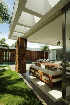 Navegue por fotos de Casas modernas: Casa RL. Veja fotos com as melhores ideias e inspirações para criar uma casa perfeita.