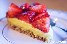 """Her har du en drøm av en kake!! """"Jordbærsuksess"""" er basert på den alltid populære """"Suksesskaken"""", som er en kjempedeilig mandelkake med eggekrem og mandelpynt (du finner oppskriften på detsoteliv.no). Jordbærsuksess er i tillegg dekket med jordbær og jordbærgelé. Litt revet sjokolade langsmed kanten på kaken gir den siste prikken over i'en. Se også oppskrift på Bringebærsuksess og Blåbærsuksess. Nom Nom, French Toast, Cheesecake, Food And Drink, Cookies, Breakfast, Desserts, Recipes, Oreo"""