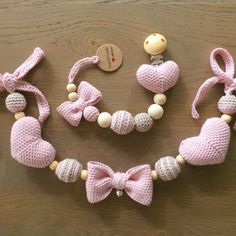 Pram tensioner / Pacifier cord with heart and bow - Pendant, pacifier clip and teether. Baby Sewing Projects, Crochet Projects, Baby Girl Clipart, Handmade Baby, Handmade Gifts, Baby Accessoires, Diy Bebe, Crochet Headband Pattern, Baby Bunnies