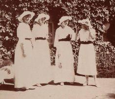 A partir da direita: Grand Duchess Anastasia Nikolaevna, Grand Duchess Olga Nikolaevna, Grand Duchess Tatiana Nikolaevna e Grand Duchess Maria Nikolaevna no Mogilev em 1916.