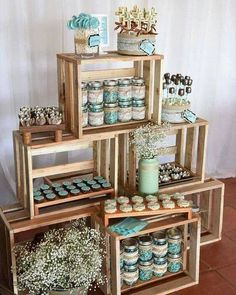Uma opção super gracinha para a sua decoração é usar caixotes de feira. É fácil conseguir em qualquer feira que você vá. Basta lixar e limpar e pronto. Nessa foto tem uma opção linda de montagem.